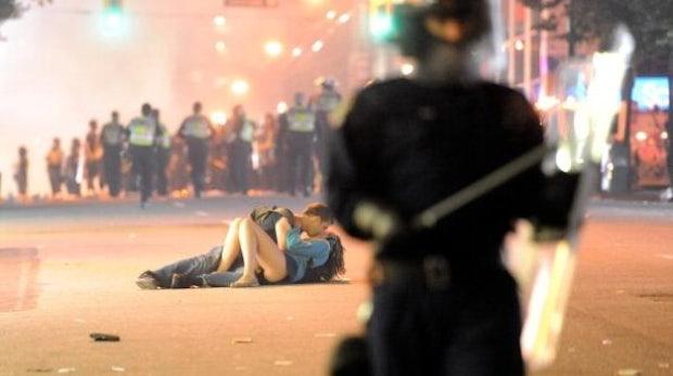 Vancouver Riot Kissing Couple - das nächste Internet Meme