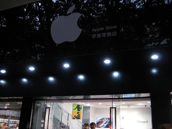 http://t3n.de/news/wp-content/uploads/2011/07/apple-store-fake-07-595x446.jpg