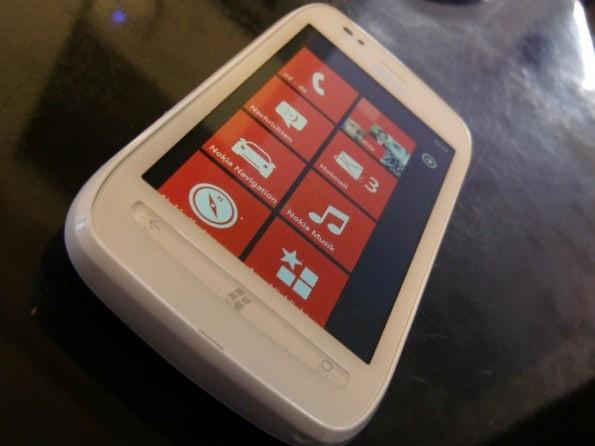 http://t3n.de/news/wp-content/uploads/2012/02/Nokia-Lumia-710-14-595x446.jpg