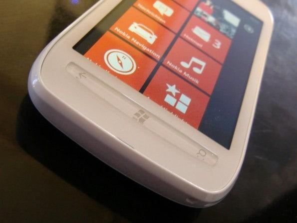 http://t3n.de/news/wp-content/uploads/2012/02/Nokia-Lumia-710-15-595x446.jpg