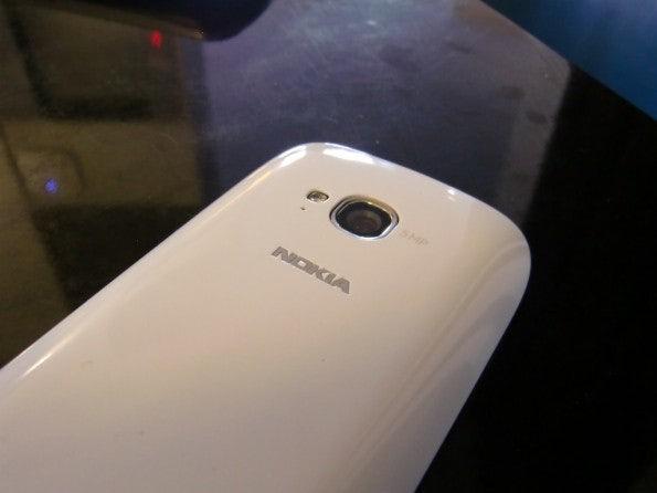 http://t3n.de/news/wp-content/uploads/2012/02/Nokia-Lumia-710-16-595x446.jpg