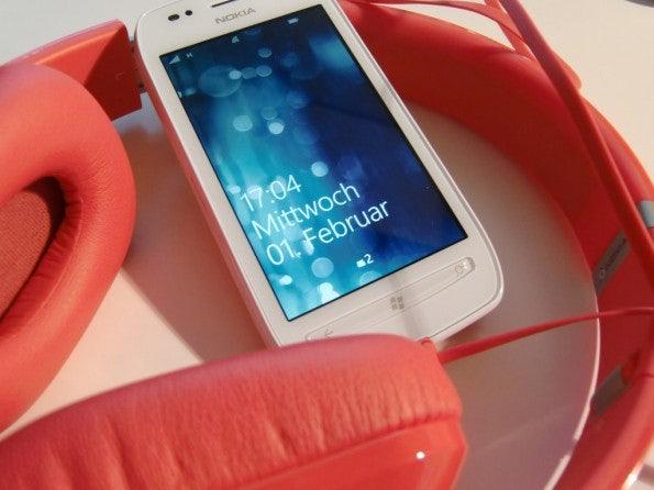 http://t3n.de/news/wp-content/uploads/2012/02/Nokia-Lumia-710-23-595x446.jpg