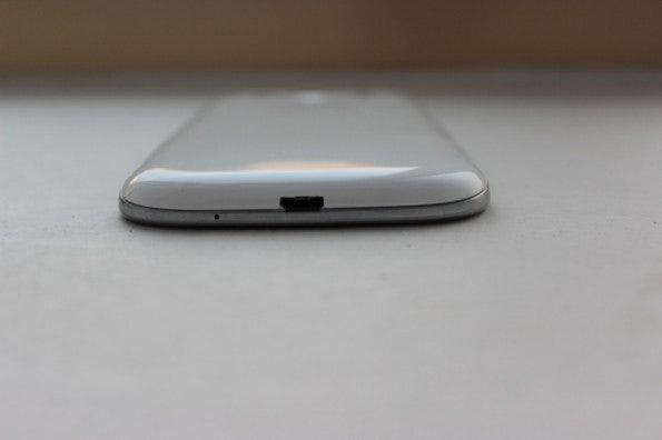 http://t3n.de/news/wp-content/uploads/2012/05/Samsung-Galaxy-S3-bottom-595x396.jpg