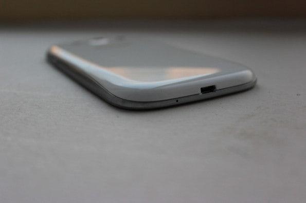 http://t3n.de/news/wp-content/uploads/2012/05/Samsung-Galaxy-S3-bottom-side-2-595x396.jpg
