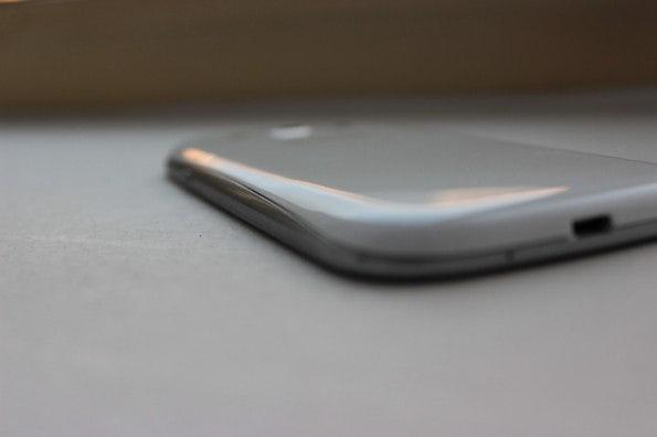 http://t3n.de/news/wp-content/uploads/2012/05/Samsung-Galaxy-S3-bottom-side-595x396.jpg