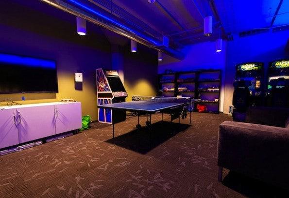 http://t3n.de/news/wp-content/uploads/2012/06/twitter-hq-larrys-lounge-595x409.jpg