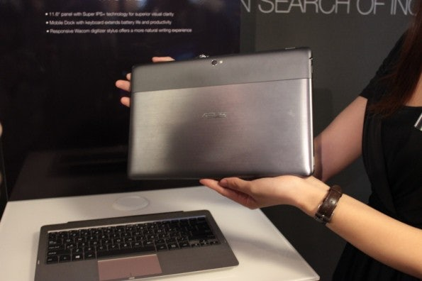 http://t3n.de/news/wp-content/uploads/2012/08/Asus-Vivo-Tab-RT-hands-on-tablet-keyboard-595x396.jpg