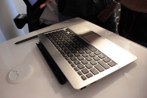 http://t3n.de/news/wp-content/uploads/2012/08/Asus-Vivo-Tab-rt-hands-on-detail-keyboard-dock-2-595x396.jpg
