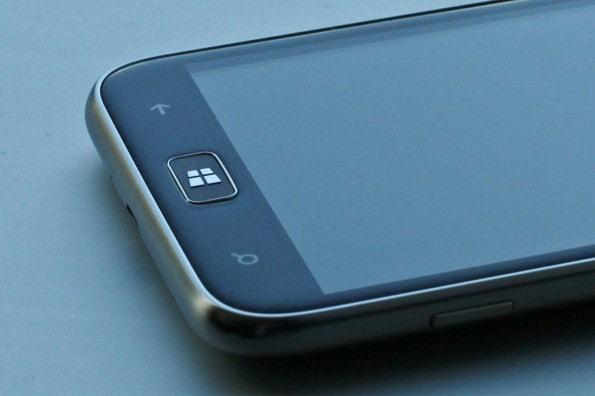 http://t3n.de/news/wp-content/uploads/2012/08/Samsung-ativ-windows-phone-8-closeup-595x396.jpg