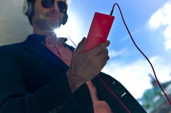 http://t3n.de/news/wp-content/uploads/2012/09/HTC-WP-8-Lifestyle-16-595x395.jpeg