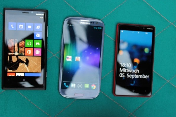http://t3n.de/news/wp-content/uploads/2012/09/Nokia-Lumia-920-vs-Samsung-Galaxy-S3_3773-595x396.jpg