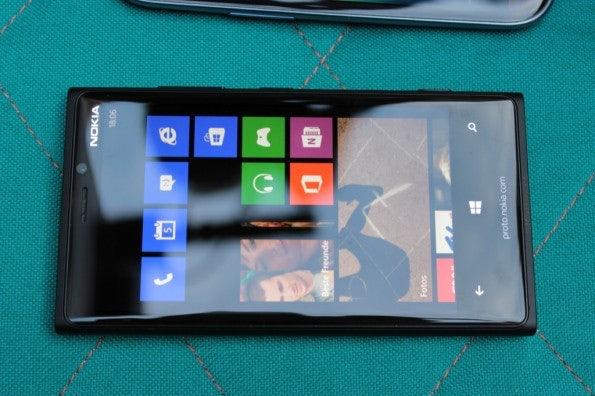 http://t3n.de/news/wp-content/uploads/2012/09/Nokia-Lumia-920-vs-Samsung-Galaxy-S3_3774-595x396.jpg