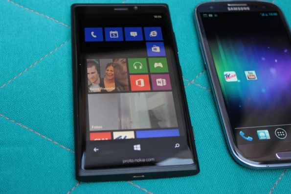 http://t3n.de/news/wp-content/uploads/2012/09/Nokia-Lumia-920-vs-Samsung-Galaxy-S3_3775-595x396.jpg
