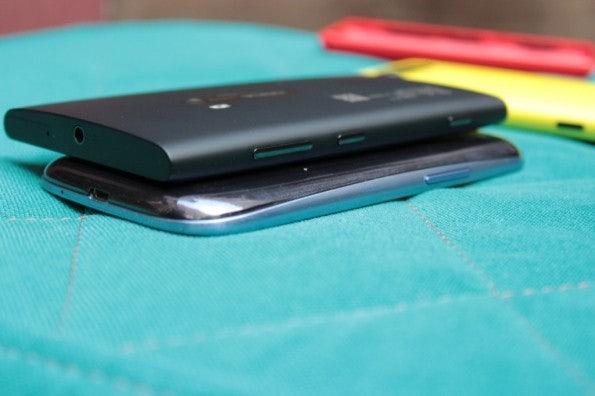 http://t3n.de/news/wp-content/uploads/2012/09/Nokia-Lumia-920-vs-Samsung-Galaxy-S3_3791-595x396.jpg
