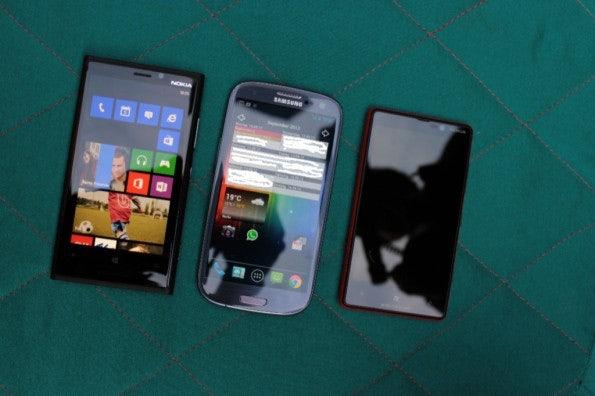 http://t3n.de/news/wp-content/uploads/2012/09/Nokia-Lumia-920-vs-Samsung-Galaxy-S3_3795-1-595x396.jpg