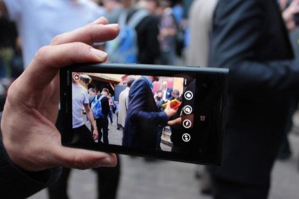 http://t3n.de/news/wp-content/uploads/2012/09/Nokia-Lumia-920_3813-595x396.jpg