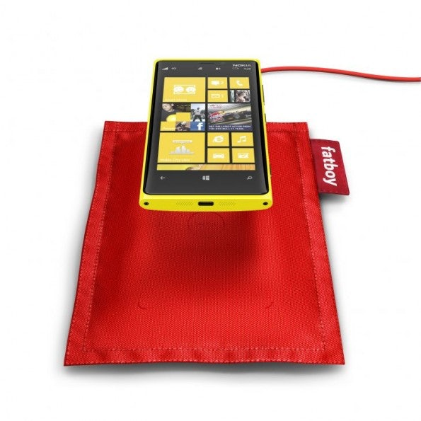 http://t3n.de/news/wp-content/uploads/2012/09/fatboy-rechargeable-pillow-dt-901-with-nokia-lumia-920-595x595.jpeg