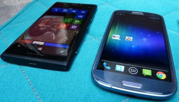 http://t3n.de/news/wp-content/uploads/2012/09/nokia-lumia-920-galaxy-s3-2-595x339.jpg