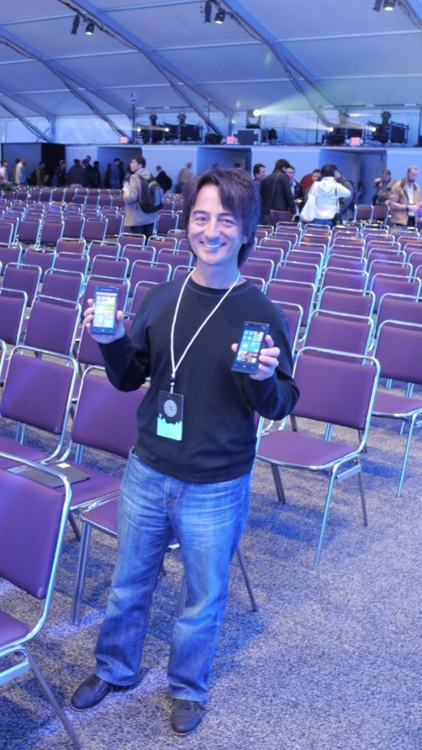 Windows-Phone-Chef Joe Belfiore hat immer mindestens zwei neue Windows Phones in der Tasche!