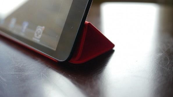 Auch mit Smart Cover als Ständer macht das iPad Mini eine gute Figur.