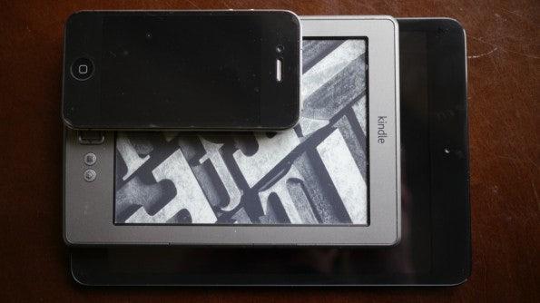 Das iPad Mini im Vergleich zum Amazon Kindle und dem iPhone 4.