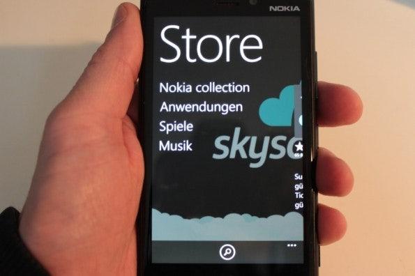 http://t3n.de/news/wp-content/uploads/2012/11/nokia-lumia-920-test-store-595x396.jpg