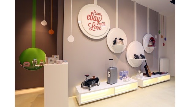 QR-Code-Shopping in Berlin: Der eBay Kaufraum soll Besuchern den Einkauf per Smartphone nahe bringen.