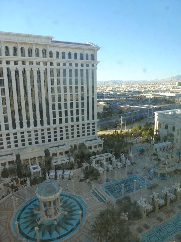 Blick vom Hotelzimmer auf einen Teil der Pool-Anlage.