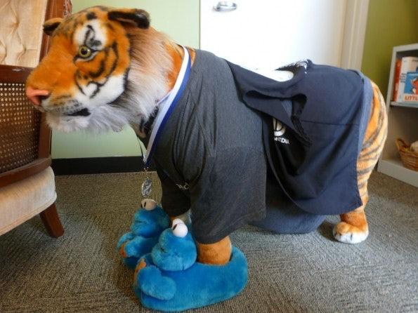 Wikimedia: Bewacht von einem Tiger in Puschen.