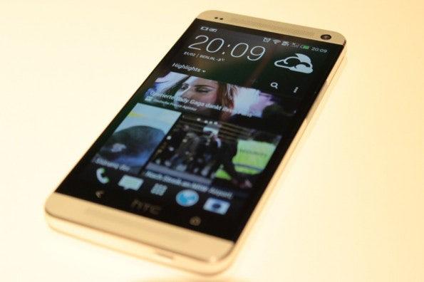 http://t3n.de/news/wp-content/uploads/2013/02/HTC-One-IMG_5796-595x396.jpg