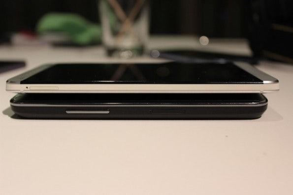 http://t3n.de/news/wp-content/uploads/2013/02/HTC-one-vs-nexus-4-5855-595x396.jpg