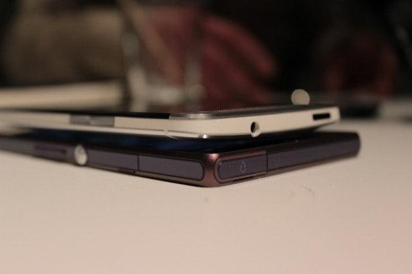 http://t3n.de/news/wp-content/uploads/2013/02/HTC-one-vs-sony-xperia-z-5811-595x396.jpg