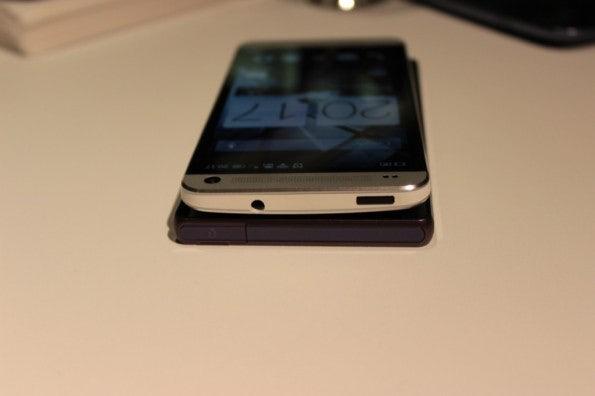 http://t3n.de/news/wp-content/uploads/2013/02/HTC-one-vs-sony-xperia-z-5838-595x396.jpg