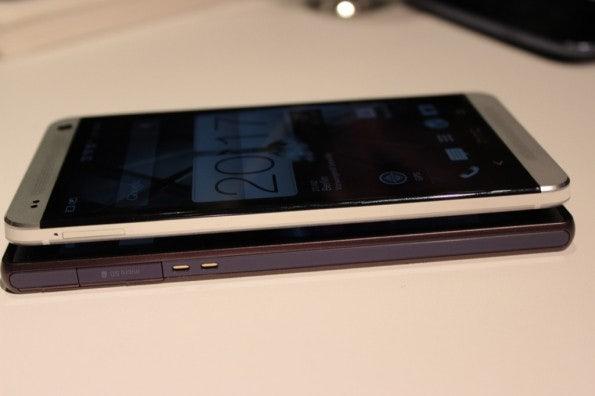 http://t3n.de/news/wp-content/uploads/2013/02/HTC-one-vs-sony-xperia-z-5841-595x396.jpg