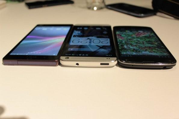 http://t3n.de/news/wp-content/uploads/2013/02/HTC-one-vs-sony-xperia-z-5851-595x396.jpg