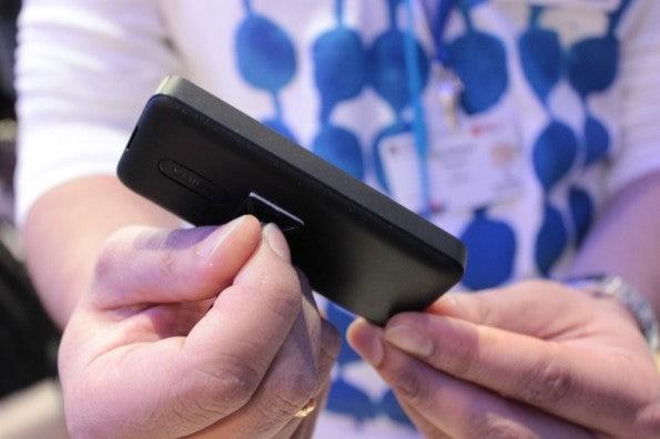 http://t3n.de/news/wp-content/uploads/2013/02/Nokia-105-IMG_6140-595x396.jpg