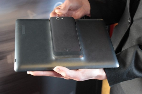 http://t3n.de/news/wp-content/uploads/2013/02/asus-padfone-infinity-nokia-lumia-520-IMG_6241-595x396.jpg