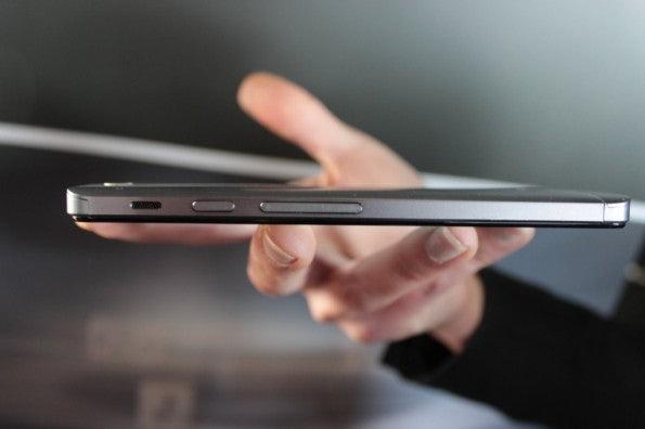 http://t3n.de/news/wp-content/uploads/2013/02/asus-padfone-infinity-nokia-lumia-520-IMG_6249-595x396.jpg