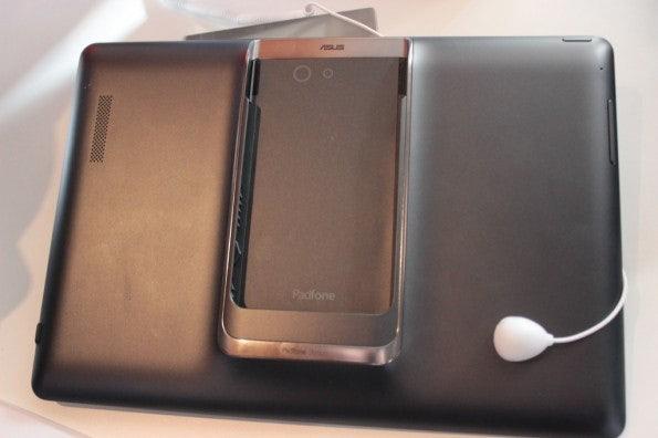 http://t3n.de/news/wp-content/uploads/2013/02/asus-padfone-infinity-nokia-lumia-520-IMG_6263-595x396.jpg