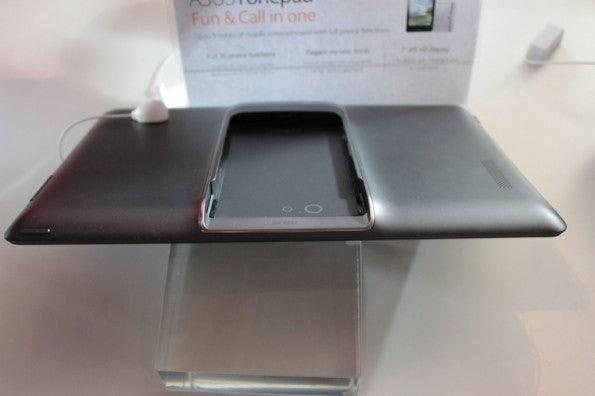 http://t3n.de/news/wp-content/uploads/2013/02/asus-padfone-infinity-nokia-lumia-520-IMG_6265-595x396.jpg