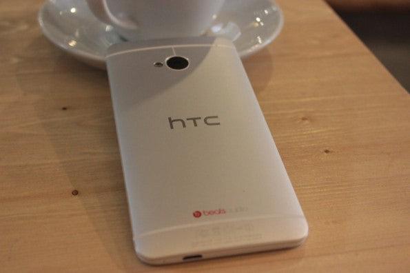 http://t3n.de/news/wp-content/uploads/2013/03/HTC-one-test-IMG_6562-595x396.jpg
