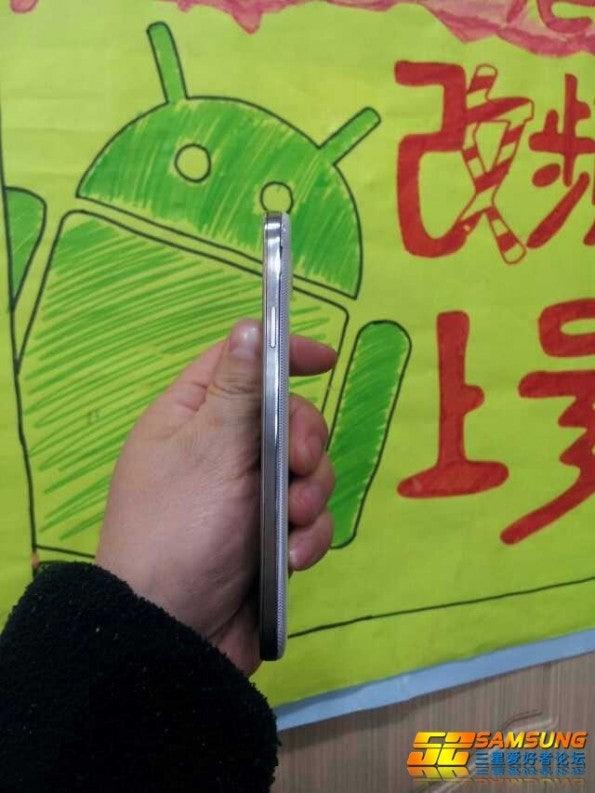 http://t3n.de/news/wp-content/uploads/2013/03/Samsung-Galaxy-S4-Leak-1-595x793.jpg