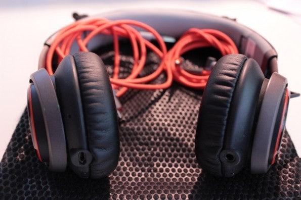 http://t3n.de/news/wp-content/uploads/2013/04/jabra-revo-wireless-14.39.27-595x396.jpg