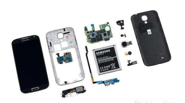 """Samsung Galaxy S4 – zerlegt und """"am Boden zerstört"""" [Video]"""