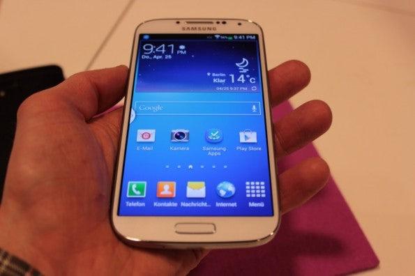 http://t3n.de/news/wp-content/uploads/2013/04/samsung-galaxy-s4-vs-htc-one-6808-595x396.jpg