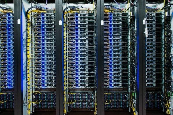Eines von Dutzenden Server-Racks im neuen Facebook-Rechenzentrum in Lulea, Schweden.