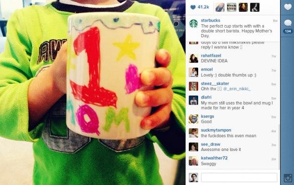 """Platz 2 – Starbucks: Warum immer nur das hauseigene Logo in Szene setzen? Zum Muttertag hat Starbucks mal gezeigt, wie der morgendliche Kaffee einiger Frauen an diesem Ehrentag vermutlich am ehesten getrunken wird. (Bild: <a href=""""http://instagram.com/p/ZOEBvzxcxo/"""">Starbucks Instagram</a>)"""