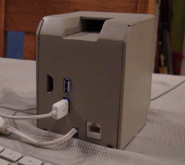 Mini Mac: Die Anschlüsse sind dann doch eher modern gehalten. (Bild: John Leake)