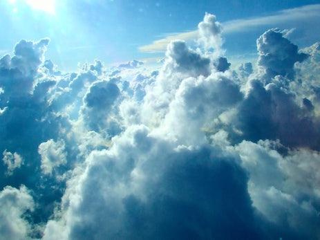Die Echtzeit-Pest: Wie die Cloud dem Internet das Rückgrat bricht