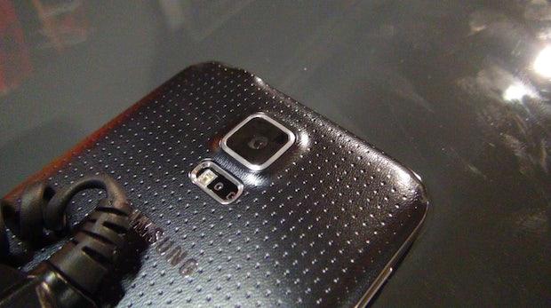 Die Rückseite des Galaxy S5 besteht aus einem weicheren Kuntstoff mit kleinen Einbuchtungen. (Foto: t3n)